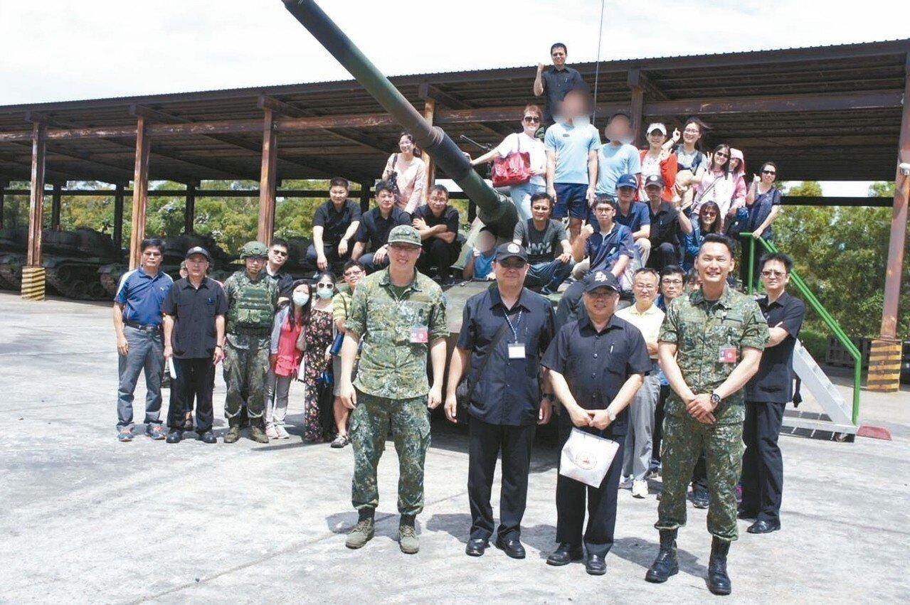 誠正中學到湖口營區參訪,讓老師、學生認識軍中生活。 誠正中學/提供